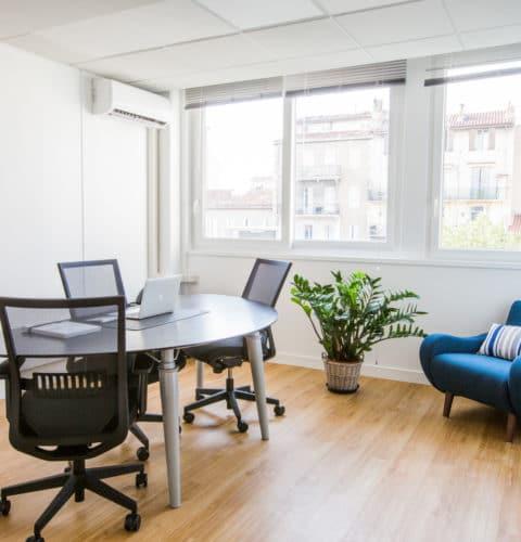 Location de bureaux classiques ou bureaux équipés (centre d'affaires – coworking) ?